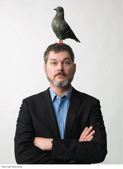 Her er det forfatter og illustratør Mo Willems som har en fugl på hodet sitt.