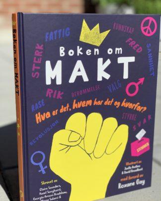 Bok for ungdom. Bra bok. Lærerik bok. Flott bok til skolen. Nydelig tilskudd til pensum. Gave til en ungdom. Bok om makt. Makt i hjemmet, på skolen, i arbeidslivet, i politikken, mellom kjønn, i forhold til etnisitet, eller seksuell preferanse, makt & penger, makt & politikk, medbestemmelse eller munnkurv, personlighetstyper & berømmelse, underkastelse & revolusjon. Terningkast seks. Bestselger. Nyhet. Hvordan finne rett gave til en ungdom. Julegavetips. Gavetips.
